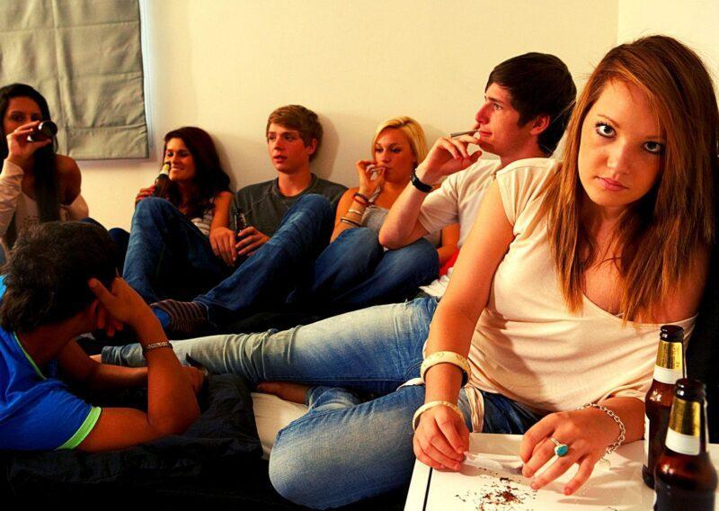 Подростки, пьющие и курящие