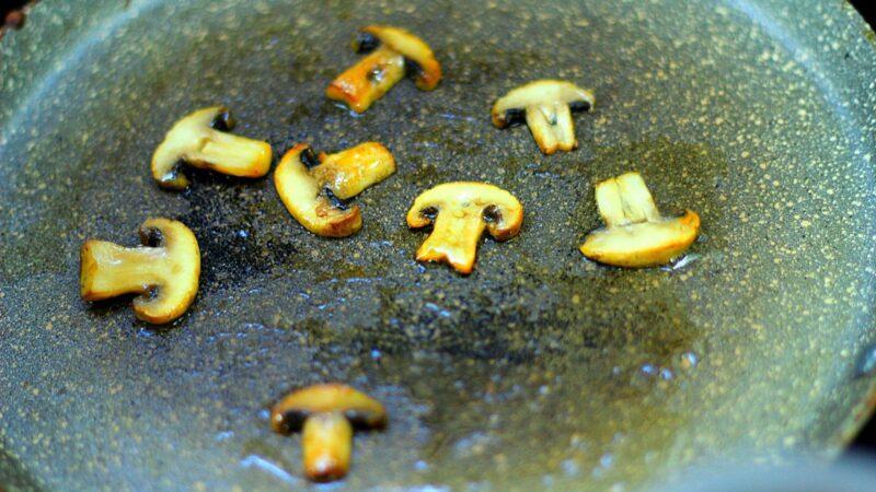 Грибы на сковороде