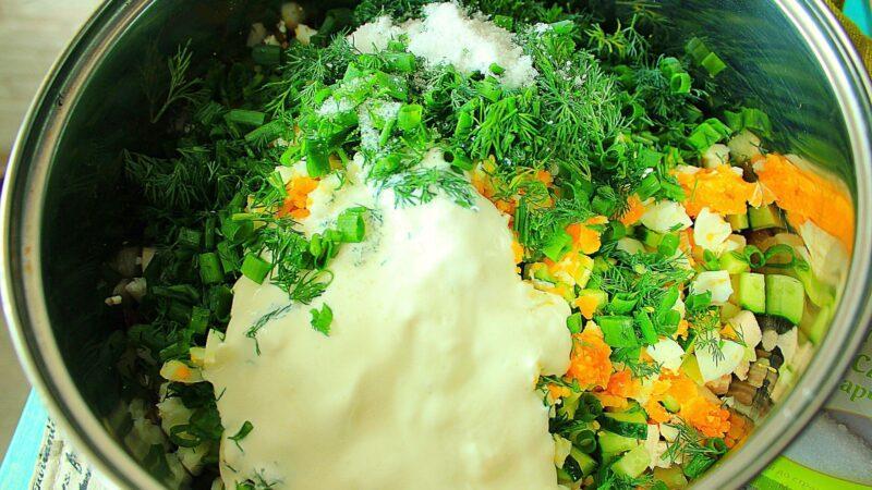 Ингредиенты для свекольника, зелень и сметана.