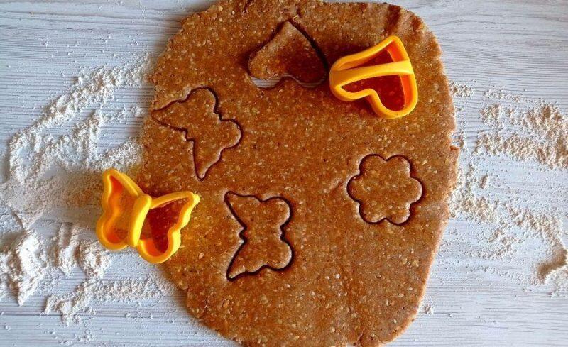 Вырезаем печенье из теста.