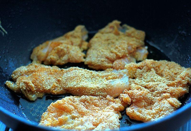 Отбивные из курицы на сковороде.